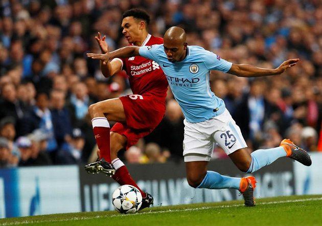 Fotbalista Manchesteru City Fernandinho padá po souboji s liverpoolským Trentem Alexander-Arnoldem ve čtvrtfinále Ligy mistrů.