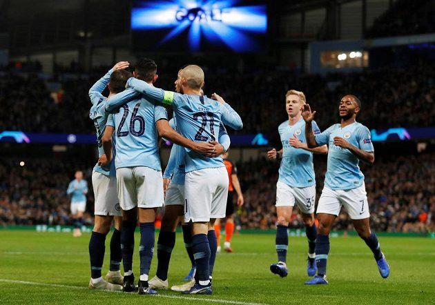 Radost fotbalistů Manchesteru City poté, co vstřelil David Silva gól v utkání Ligy mistrů do sítě Šachtaru Doněck.