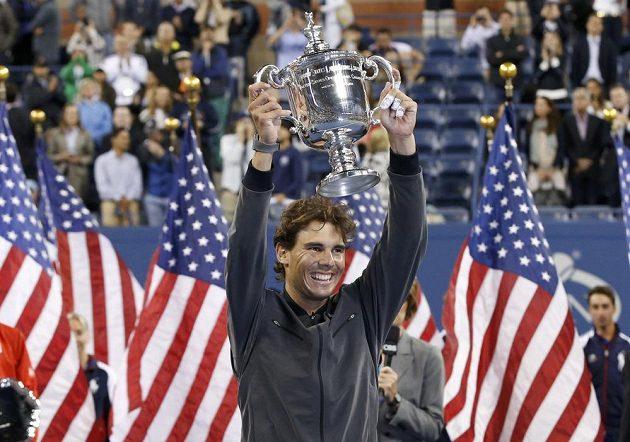 Vítěz mužské dvouhry US Open Rafael Nadal s trofejí.