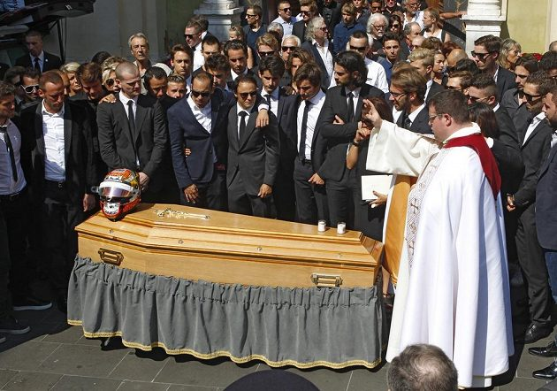 Kněz Sylvain Brison (vpravo) žehná rakvi Julese Bianchiho.