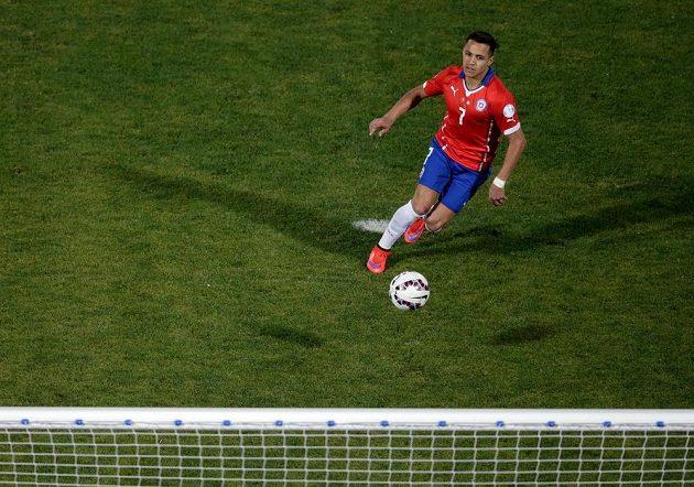 Útočník Alexis Sánchez proměňuje penaltu ve finále Copy América proti Argentině.