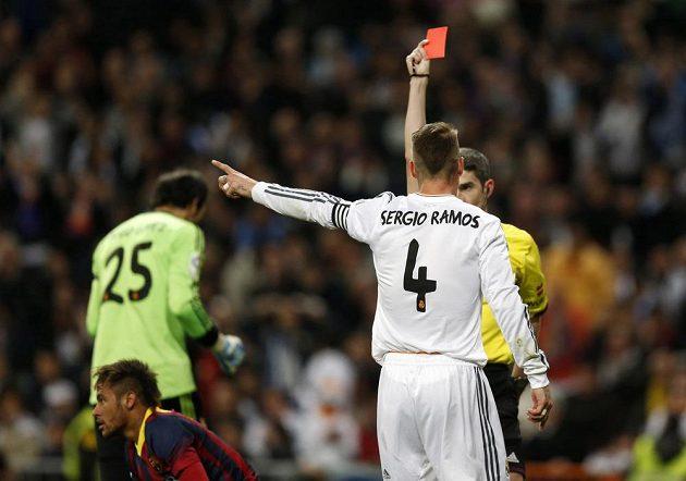 Sudí Undiano Mallenco uděluje červenou kartu Sergio Ramosovi z Realu Madrid.