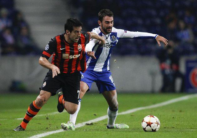 Adrián López (vpravo) z FC Porto a Ilsinho Pereira z Doněcku v utkání Ligy mistrů.
