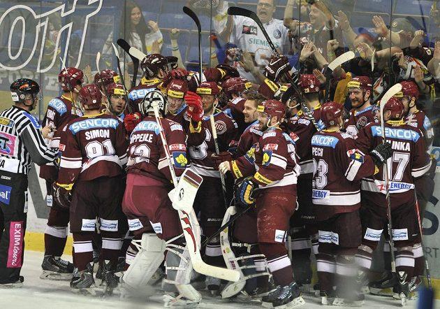 Hokejisté Sparty se radují z triumfu nad Vítkovicemi.
