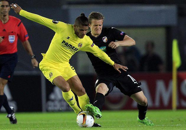 Jonathan dos Santos z Villarrealu (ve žlutém) v souboji o míč s Janem Kopicem.
