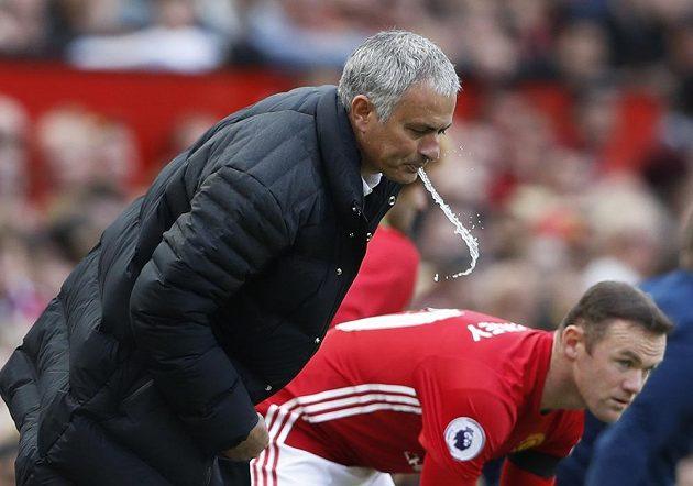 Trenér Manchesteru United José Mourinho se chystá poslat do hry Waynea Rooneyho.
