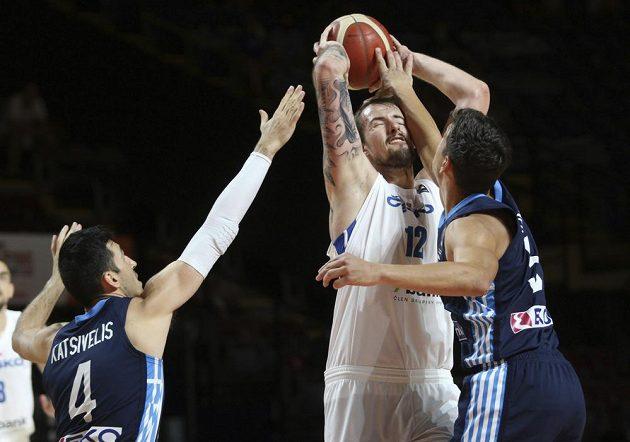 Český basketbalista Ondřej Balvín čelí bloku řeckých soupeřů. Čeští basketbalisté i tak završili vítězně náročnou cestu olympijskou kvalifikací ve Victorii, když ve finále rozdrtili Řecko 97:72.