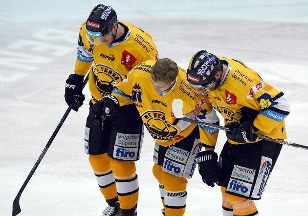 Spoluhráči odvádějí z ledu litvínovského Lukáše Válka po bolestivém zásahu protihráče.