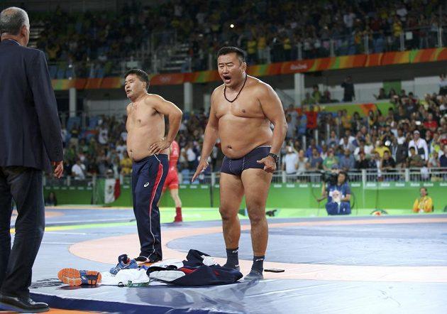 A když to nepůjde jinak, odhodíme toho třeba ještě víc! Striptýzové číslo mongolských zápasnických trenérů, kteří cítili křivdu a svérázně protestovali poté, co jejich svěřenec Mandakhnaran Ganzorig zůstal po boji s Uzbekem Ichtijorem Navruzovem bez medaile.
