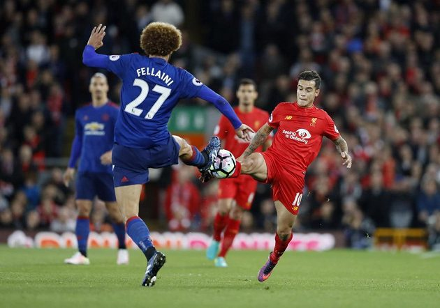 Záložníci Marouane Fellaini z Manchesteru United a Philippe Coutinho z Liverpoolu bojují o míč.