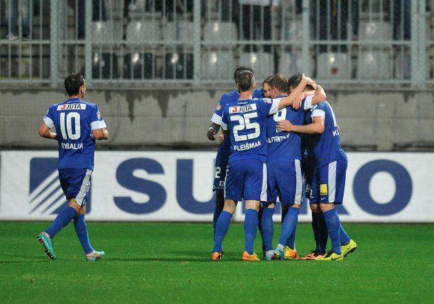 Fotbalisté Liberce slaví gól v síti Jablonce.