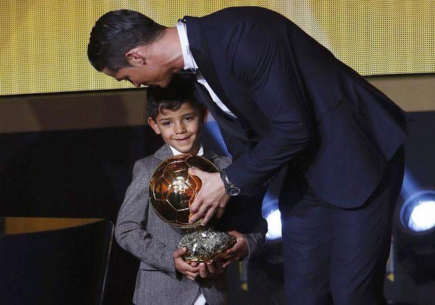 Potěžkat tátovu trofej, Zlatý míč za rok 2014, přišel na pódium i Cristiano Ronaldo junior.