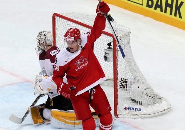 Dán Morten Madsen se raduje z vedoucí branky Nicklase Jensena (není na snímku) proti Lotyšsku.