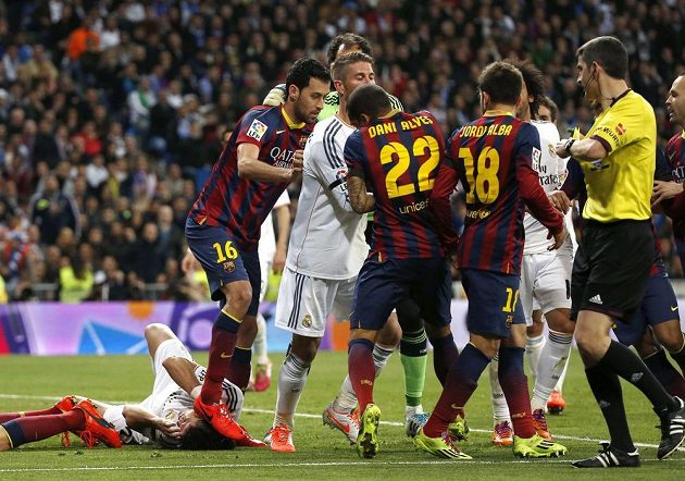 Sergio Busquets z Barcelony (druhý zleva) šlape na hlavu Pepému z Realu Madrid.