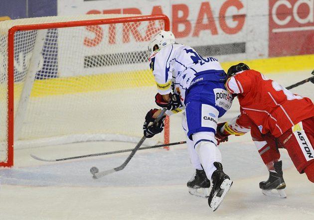 Hynek Zohorna z Brna dává vyrovnávací gól na 1:1. Vpravo je Alex Rašner z Olomouce.