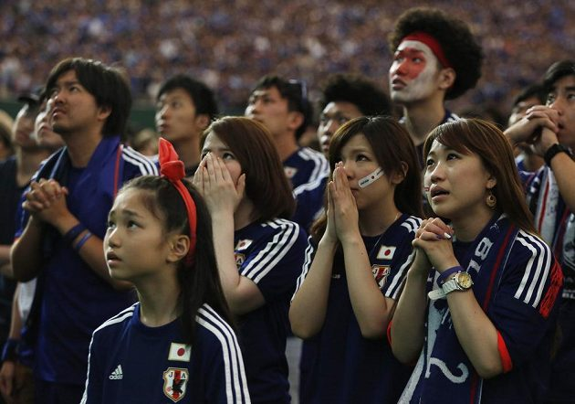 Napětí ve tvářích japonských fanoušků během utkání s Pobřežím slonoviny.