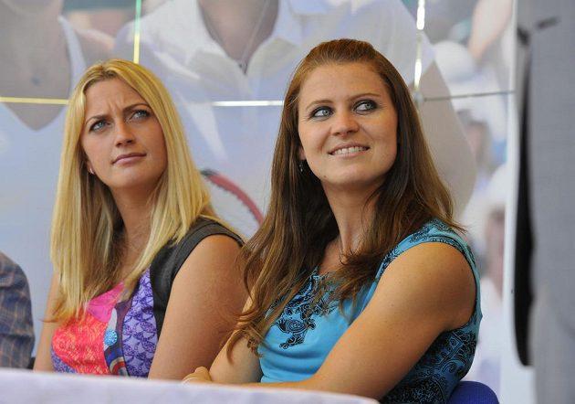 Dvojnásobná vítězka tenisového Wimbledonu Petra Kvitová (vlevo) a semifinalistka turnaje Lucie Šafářová (vpravo) na tiskové konferenci v Prostějově.