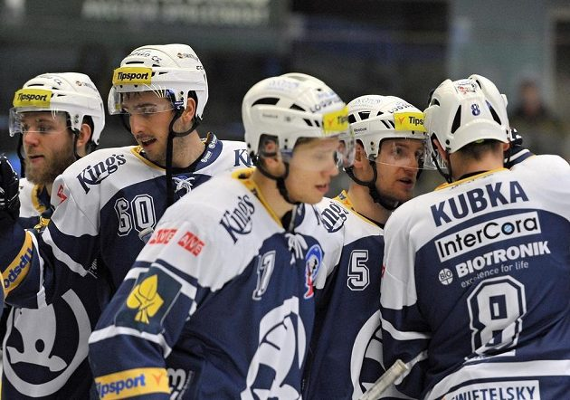 Plzeňští hokejisté se radují z vítězství nad Olomoucí.