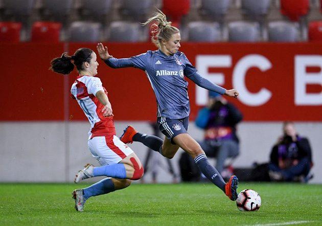 Slávistka Eva Bartoňová (vlevo) a Fridolina Rolfoová z Bayernu.