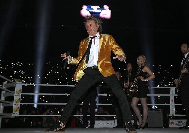Před zápasem si ring pronajal zpěvák Rod Stewart...