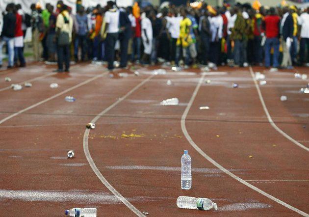 Domácí fanoušci zasypali ghanské příznivce plastovými lahvemi.