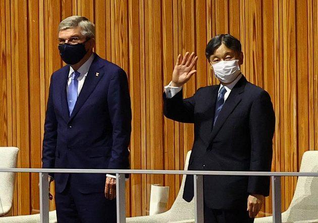 Japonský císař Naruhito a prezident Mezinárodního olympijského výboru Thomas Bach během zahajovacího ceremoniálu LOH 2021 v Tokiu.