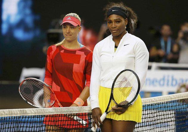 Tenistky Serena Williamsová (vpravo) z USA a Angelique Kerberová z Německa před letošním finále Australian Open.