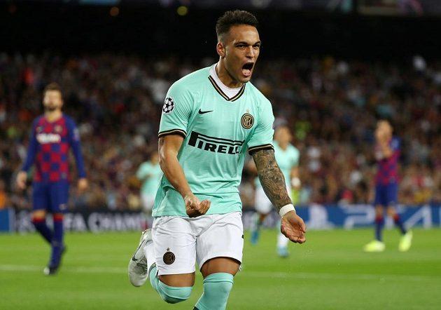 Fotbalista Interu Milán Lautaro Martínez slaví gól, který vstřelil v Lize mistrů do sítě Barcelony.