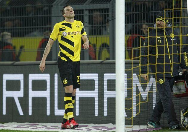 Zraněný obránce Borussie Dortmund Kevin Grosskreutz opouští hrací plochu v utkání s Augsburgem.