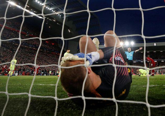 Barcelonský brankář Marc-André ter Stegen poté, co inkasoval jeden z gólů v Liverpoolu.