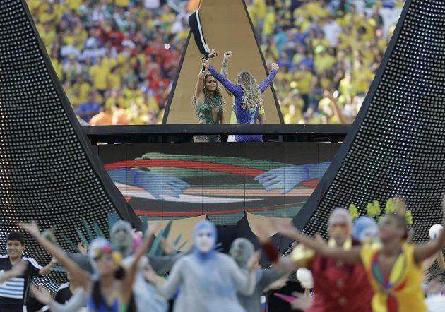 Americká zpěvačka Jennifer Lopezová (vlevo), rapper Pitbull a brazilská zpěvačka Claudia Leitteová (v modrých šatech) na stupínku rozevřeného obřího míče během zahajovacího ceremoniálu.
