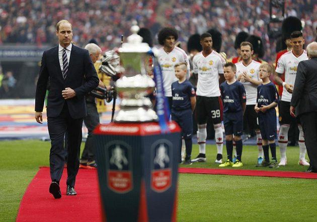 Princ William s trofejí pro vítěze FA Cupu před finále.