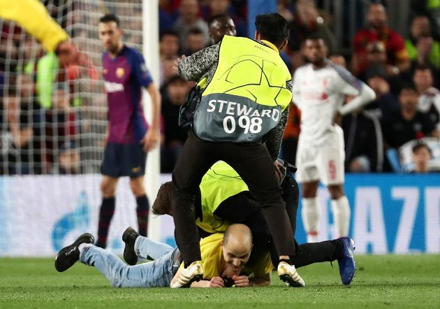 Stewardi na stadionu Barcelony pacifikují během semifinále Ligy mistrů výtržníka, který vběhl na hřiště.