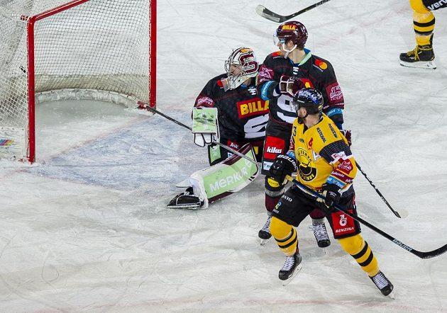 Brankář Sparty Matěj Machovský inkasuje gól na 1:1. Přihlížejí Petr Kalina ze Sparty a Adam Jánošík z Litvínova.