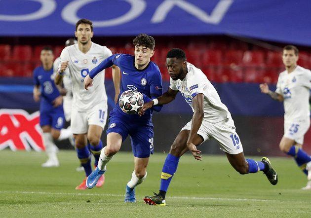 Chancel Mbemba z FC Porto se dere za míčem stejně jako Kai Havertz z Chelsea během utkání Ligy mistrů.