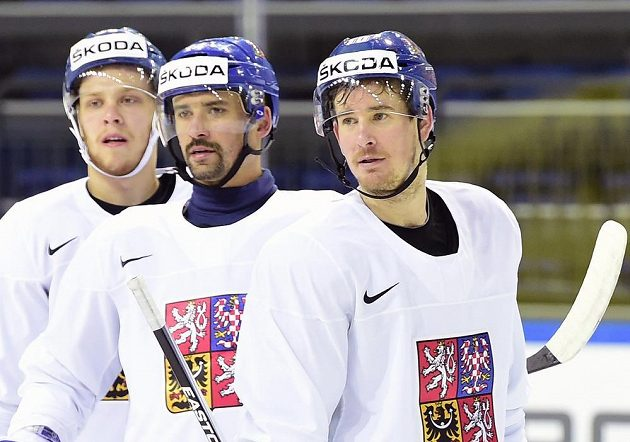 Útočníci českého hokejového týmu David Pastrňák (vlevo), Tomáš Plekanec a Roman Červenka (vpravo) na tréninku.