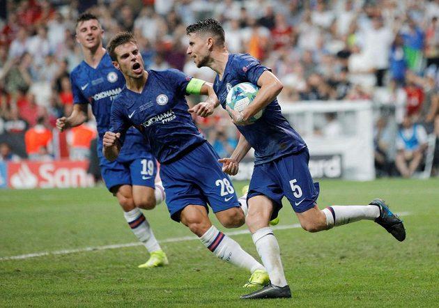 Jorginho (5) z Chelsea se raduje z proměněné penalty proti Liverpoolu.