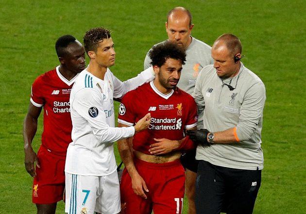 Nešťastného Mohameda Salaha vyprovodil ve finále Ligy mistrů ze hřiště i Cristiano Ronaldo z Realu Madrid.