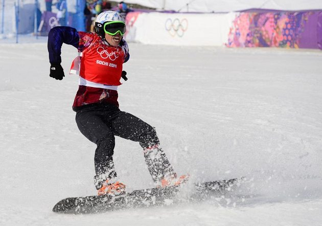 Eva Samková po dojezdu do cíle finálového závodu ve snowboardkrosu.