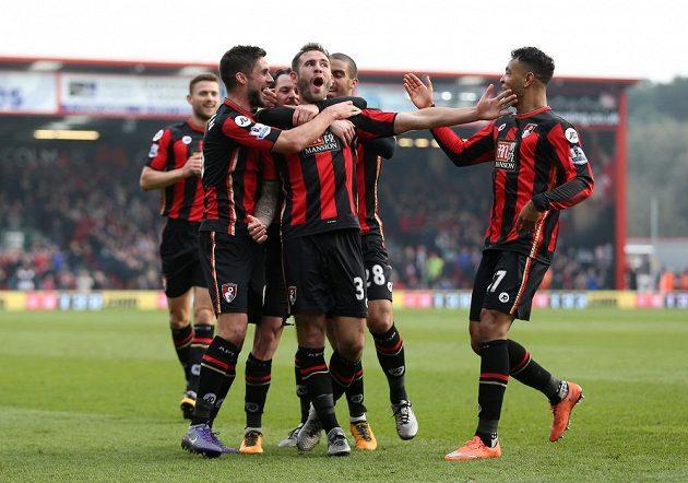 Stoper Bournemouthu Steve Cook (č. 3) slaví se spoluhráči gól proti Swansea v zápase 30. kola Premier League.