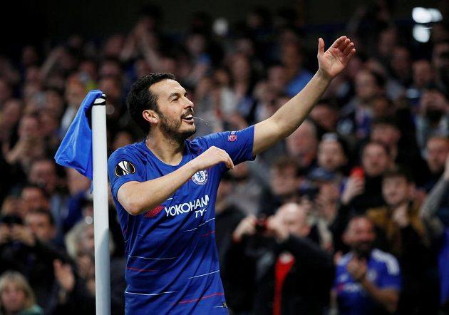 Fotbalista Chelsea Pedro si po vstřeleném gólu do sítě Slavie užívá ovací.