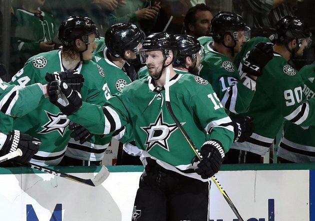 Hokejista Dallasu Stars Blake Comeau (15) slaví se spoluhráč svůj gól v duelu s Nashvillem Predators v prvním kole play off NHL.