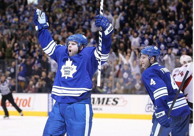 Útočník Maple Leafs Kessel měl po utkání proti Senators dva důvody k radosti - výhra nad rivalem a pátý třígólový zápas v kariéře.