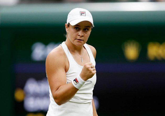 Australská tenistka Ashleigh Bartyová slaví postup do 2. kola Wimbledonu.