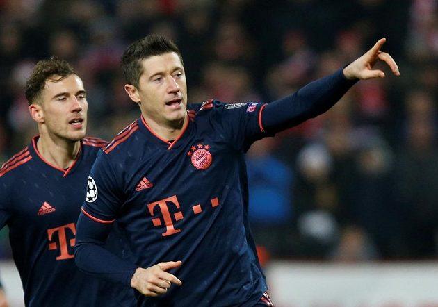 Hvězdný útočník Bayern Mnichov Robert Lewandowski slaví poté, co v utkání Ligy mistrů proměnil penaltu.