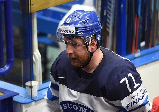 Leo Komarov z Finska odchází do kabiny poté, co byl v utkání s Rusy vyloučen do konce zápasu.