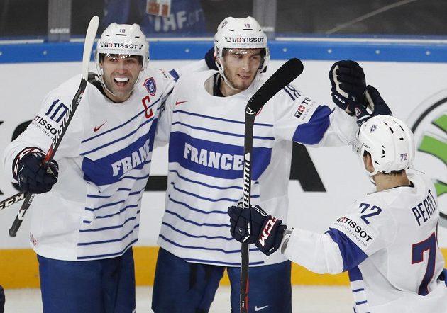 Francouz Yohann Auvitu (uprostřed) přijímá gratulace od spoluhráčů poté, co jako první překonal švýcarského brankáře Genoniho.