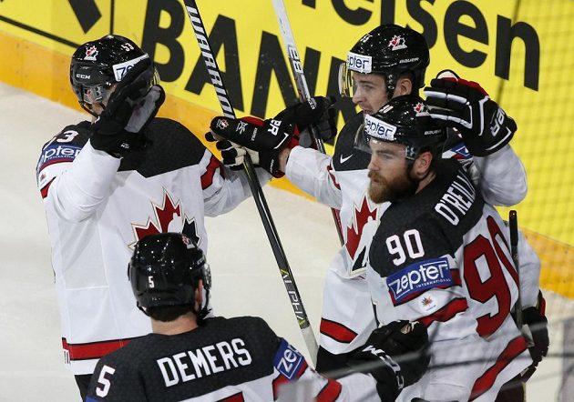Hokejisté Kanady se radují po vstřeleném gólu do sítě České republiky v utkání na mistrovství světa. Gól slaví Ryan O'Reilly.