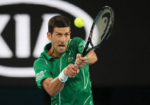 Srb Novak Djokovič při utkání se Švýcarem Rogerem Federerem.