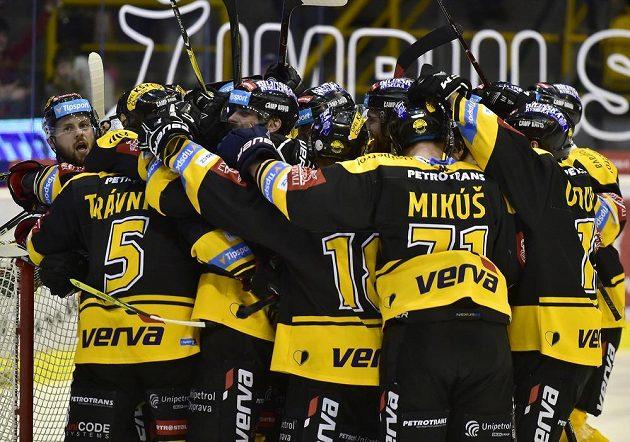 Hráči Litvínova se radují z vítězství v barážovém utkání s Jihlavou.